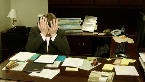 Frustrated_man_at_a_desk480x270